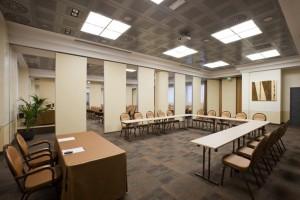 División de los espacios interiores de un hotel mediante la instalación de tabiques móviles ciegos sin perfilería de aluminio
