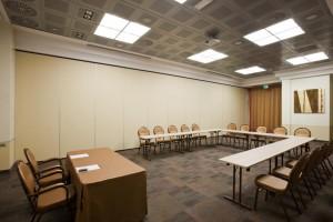 Aislamiento acústico y visual del espacio interior de un hotel mediante la instalación de tabiques móviles ciegos sin perfilería de aluminio