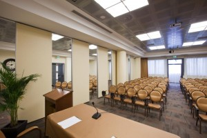 Configuración de espacios interiores en un establecimiento hostelero mediante la colocación de paneles móviles ciegos sin perfilería de aluminio