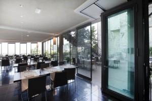 Unas pestañas situadas en la parte superior de los paneles deslizantes transparentes permiten un cerramiento hermético del restaurante.