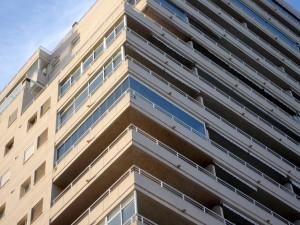 Los paneles de cristal del cerramiento pueden deslizarse a través de las esquinas de la terraza.