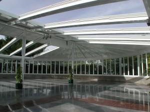Techo móvil y paredes de aluminio para aislar el espacio interior de una gran superficie hostelera.