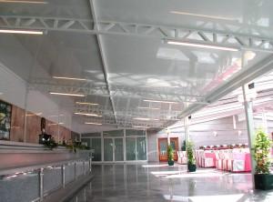 El cerramiento de aluminio para el exterior garantiza el hermetismo y facilita el mantenimiento en una gran superficie.