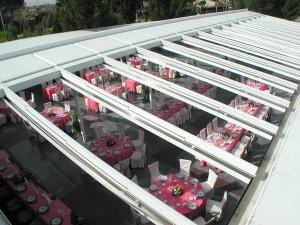 El techo móvil de aluminio mejora el aislamiento y permite climatizar el interior de una gran superficie.
