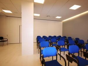 Aula de formación aislada acústicamente mediante paneles especiales en un colegio profesional