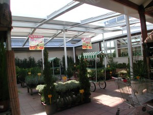 El techo móvil ayuda a mantener una temperatura regular durante todo el año en los espacios de esta floristería.