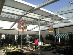 La apertura del techo móvil permite personalizar las temperaturas interiores de esta floristería.