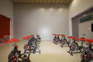 Tabiques móviles usados para multiplicar los espacios interiores de un gimnasio situado en Villatuerta, Navarra.