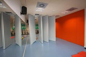 Estos grandes paneles interiores móviles garantizan el aislamiento acústico entre espacios adosados de este gimnasio de Villatuerta.