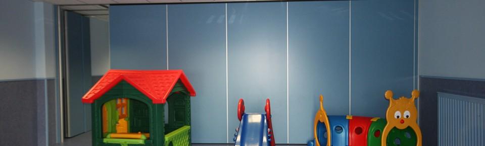 Paneles ciegos sin perfilería que multiplican y permiten personalizar los espacios interiores de una guardería.