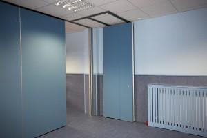 Guías de aluminio extruido por las que se deslizan los paneles móviles con facilidad y según las necesidades de la guardería.
