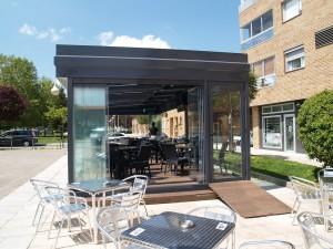 Estos cerramientos exteriores de cristal permiten una fácil manipulación para personalizar el espacio.
