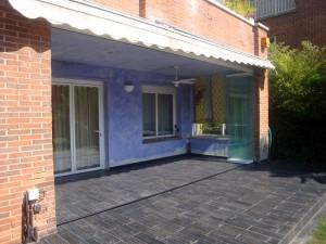 Cerramientos plegables de cristal para integrar los espacios interiores de una casa con el jardín.