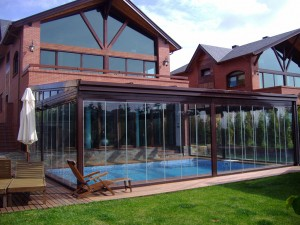 El techo móvil de aluminio permite que el cliente personalice el cerramiento de la piscina según sus necesidades.