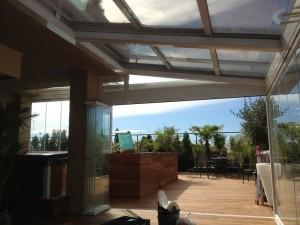 El techo móvil es de cristal de seguridad y permite configurar el grado de apertura a gusto del cliente.